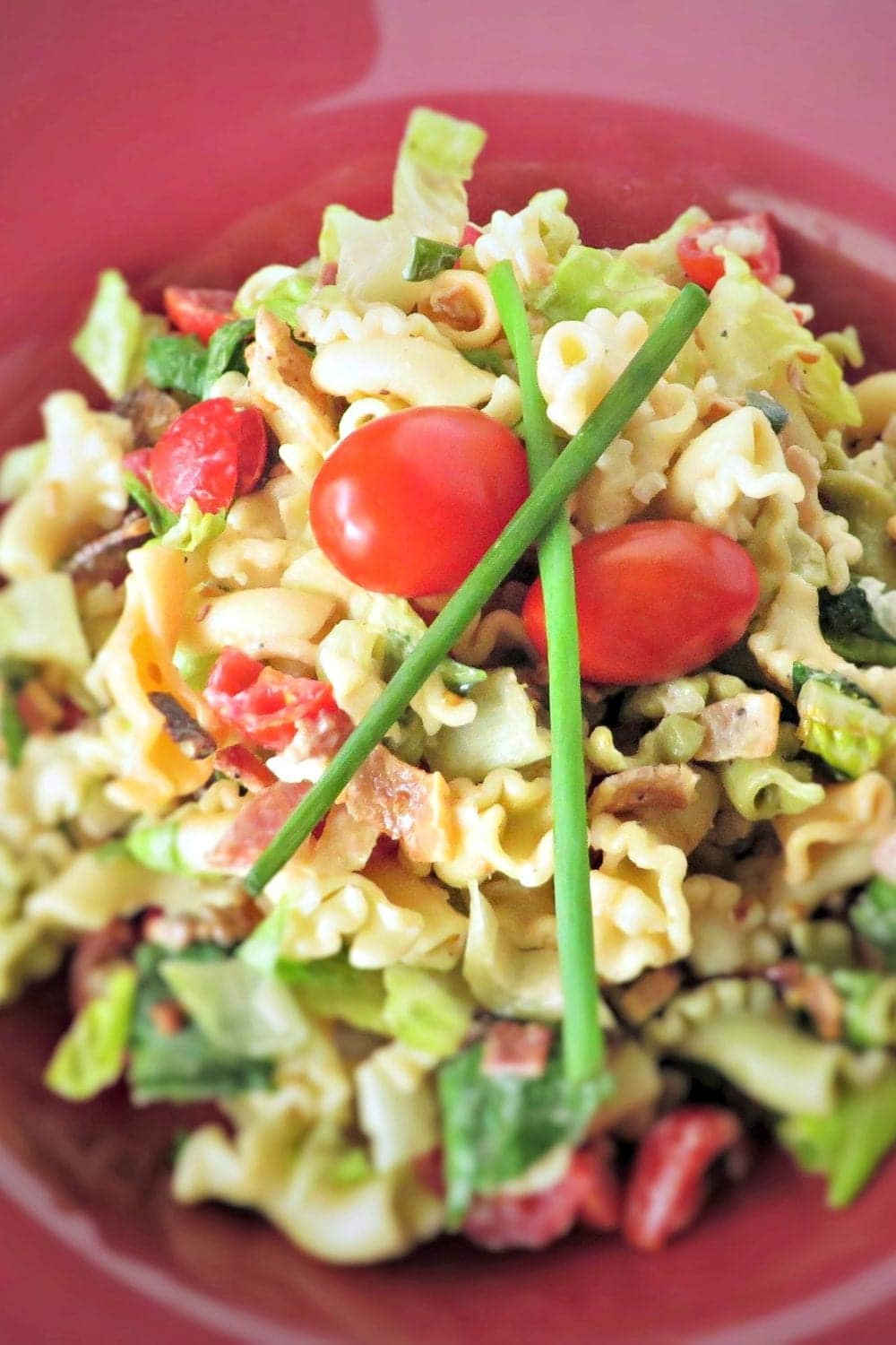 BLT Pasta Salad: all your favorite flavors of a classic BLT tossed together in a pasta salad. Perfect for any get together!