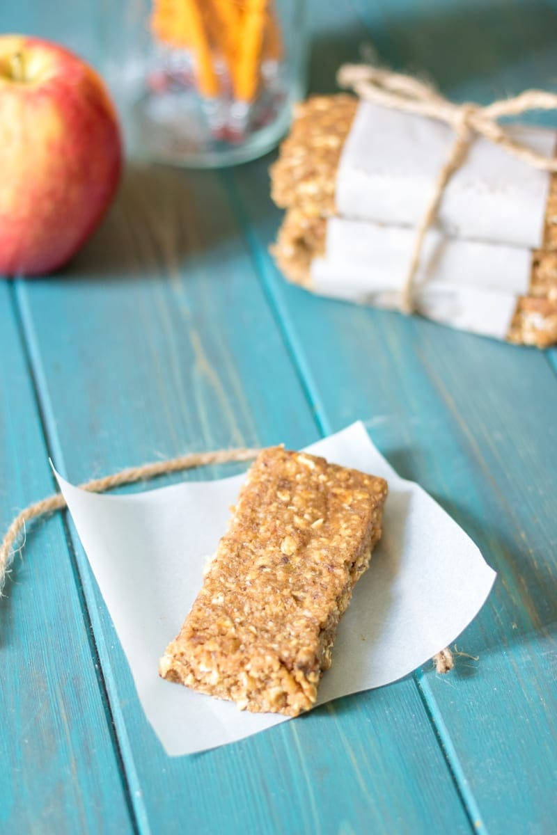 No Bake Apple Pie Granola Bars: Simple, wholesome ingredients come together to create a healthy granola bar that tastes just like Apple Pie in ONLY 5 minutes. Gluten-free. Paleo. Vegan.