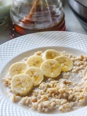 up close bowl of oatmeal with sliced banana