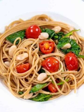 Pasta with white beans, spinach and tomatoes